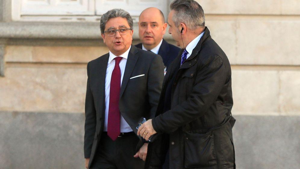 Foto: El exdelegado del Gobierno en Cataluña Enric Millo (i), a su llegada este martes al Tribunal Supremo. (EFE)