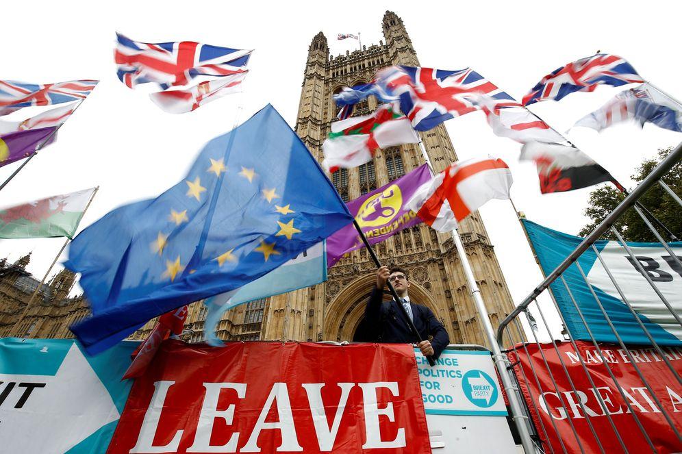 Foto: Protestas en contra del Brexit frente a las puertas del Parlamento británico. (Reuters)