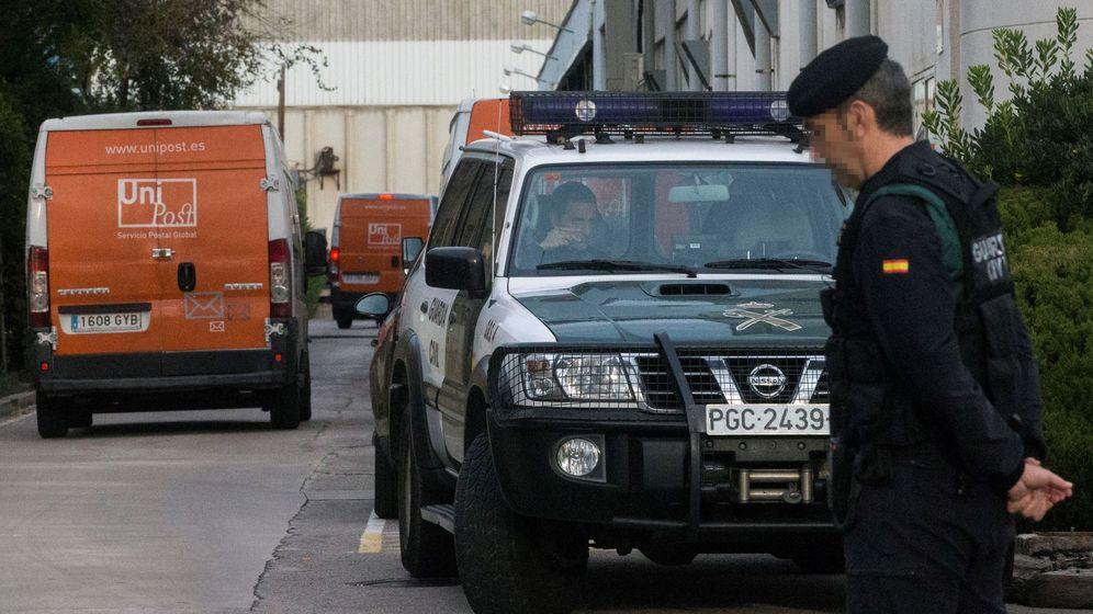 Foto:  La Guardia Civil, en el registro de la empresa Unipost en el marco de la investigación sobre los preparativos del referéndum del 1-O. (EFE)