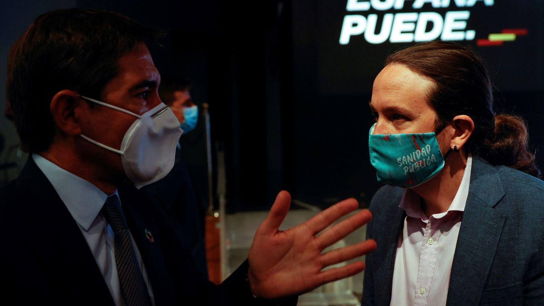 El vicepresidente del Gobierno, Pablo Iglesias, conversa con el presidente del BBVA, Carlos Torres. (EFE)