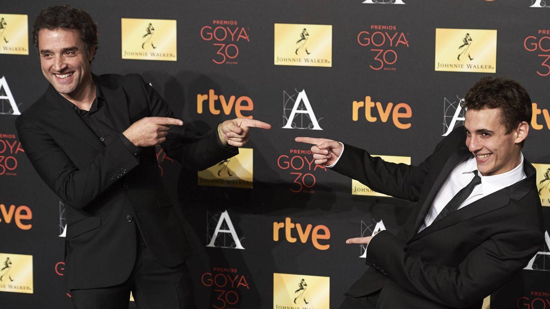 Daniel, junto a Miguel Herrán en los Goya. (Getty)
