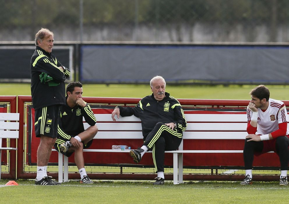 Foto: Del Bosque y su ayudante, Toni Grande, dialogan con Xavi y Casillas, los dos capitanes de la Selección. (Efe)