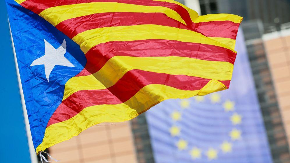 Foto: Bandera independentista ante la sede de la Comisión Europea. (EFE)