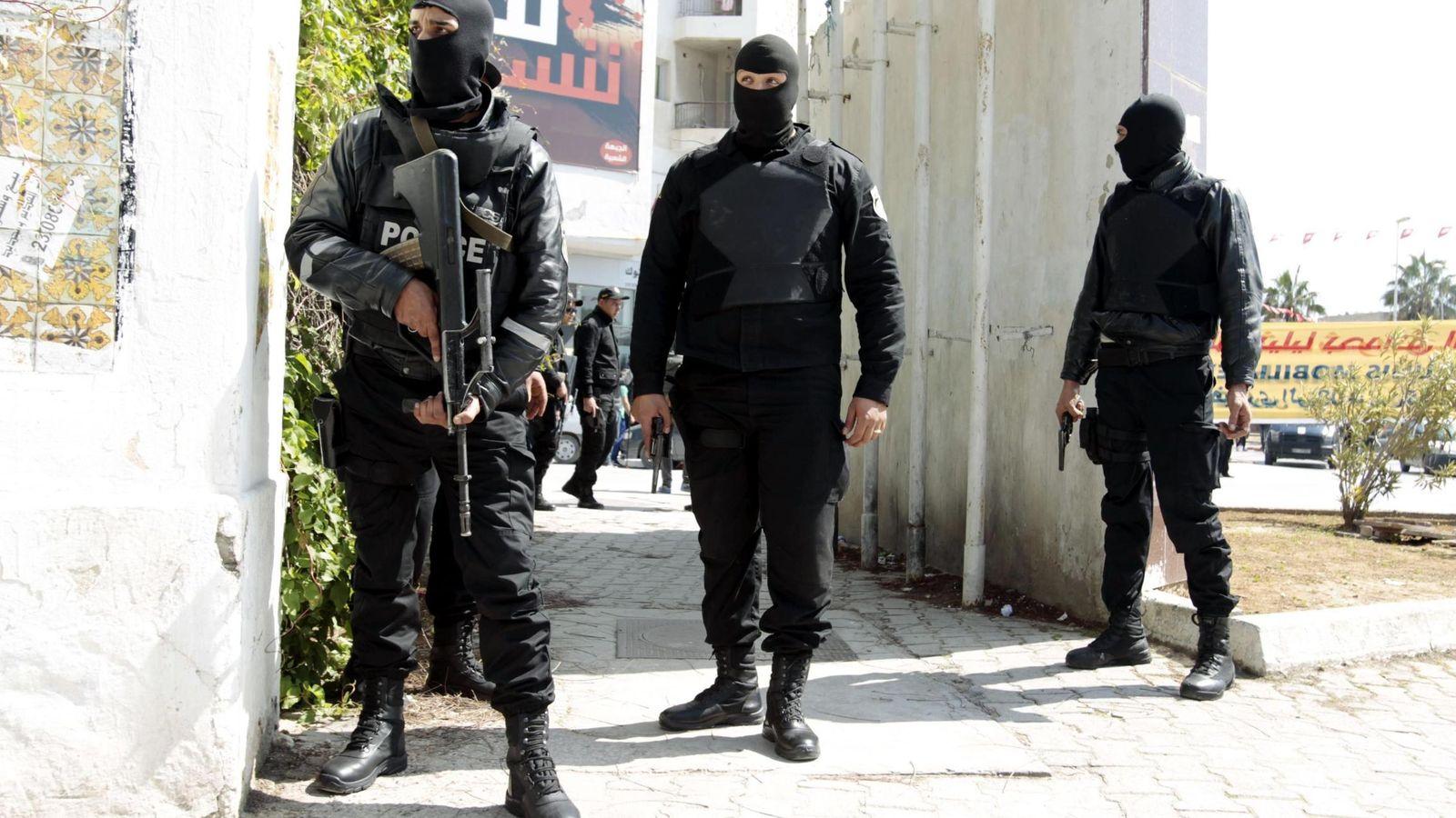 Foto: Fuerzas especiales de la policía tunecina frente al Parlamento antes de liberar a los rehenes. (Reuters)