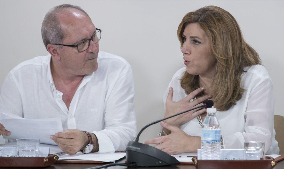 Foto: Susana Díaz, junto a su número dos, Juan Cornejo, este 23 de abril al comienzo de la ejecutiva del PSOE-A, en Sevilla. (EFE)
