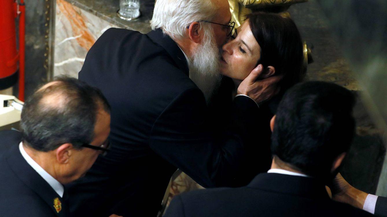 Foto: El presidente de la Mesa de Edad, el diputado socialista Agustín Zamarrón, besa a la portavoz del PSOE en el Congreso, Adriana Lastra. (EFE)