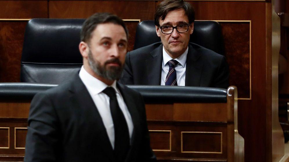 Foto: Abascal pasa por delante del ministro Illa en el debate la prórroga del estado de alarma (EFE)