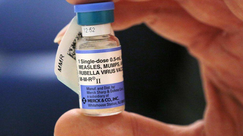 Foto: Una enfermera sostiene un vial de la vacuna contra el sarampión (Reuters)