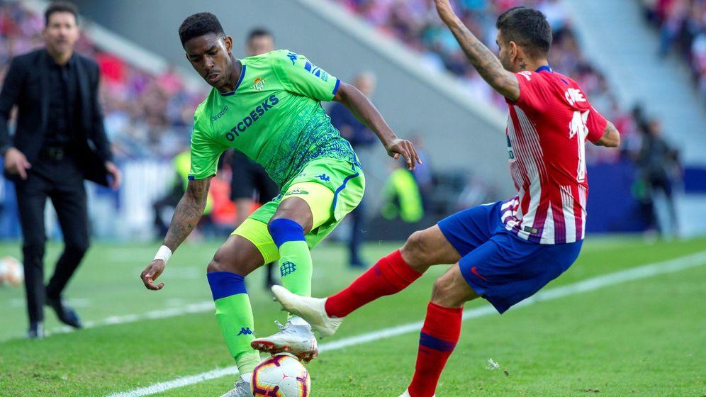 Foto: Junior Firpo, jugando contra el Atlético. (EFE)