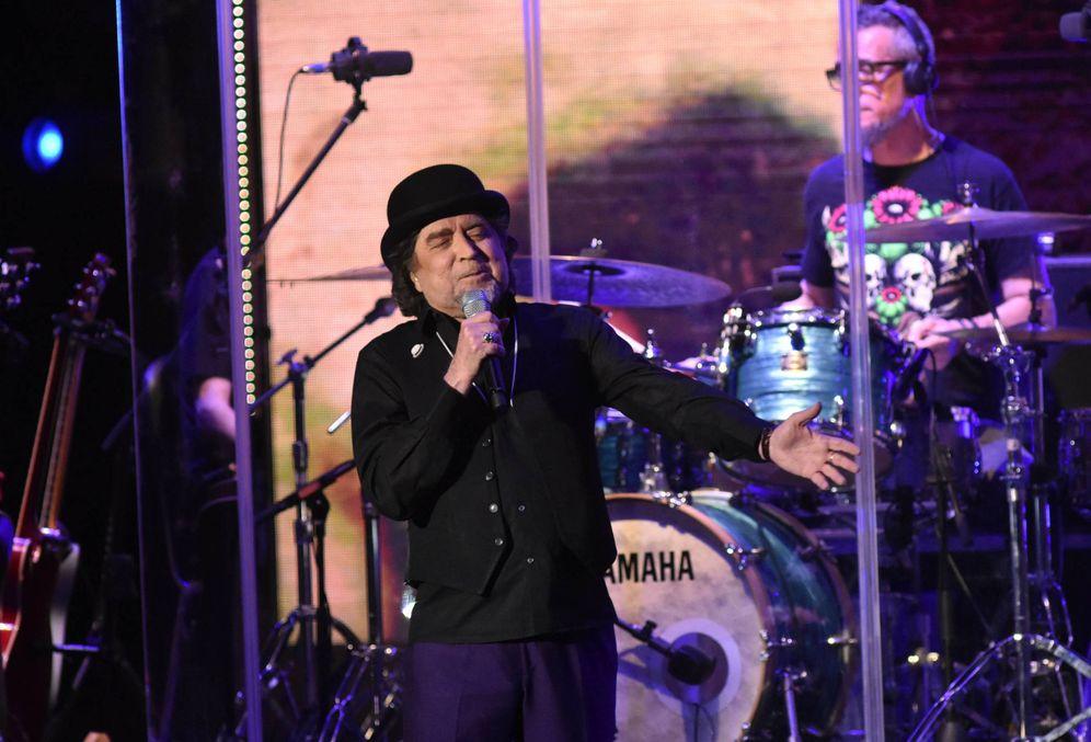 Foto: Joaquín Sabina dedicando una canción a Carmen Lomana durante el Starlite Festival. (Gtres)