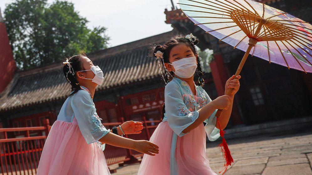 Foto: Dos niñas juegan en Beijing, China. (Reuters)