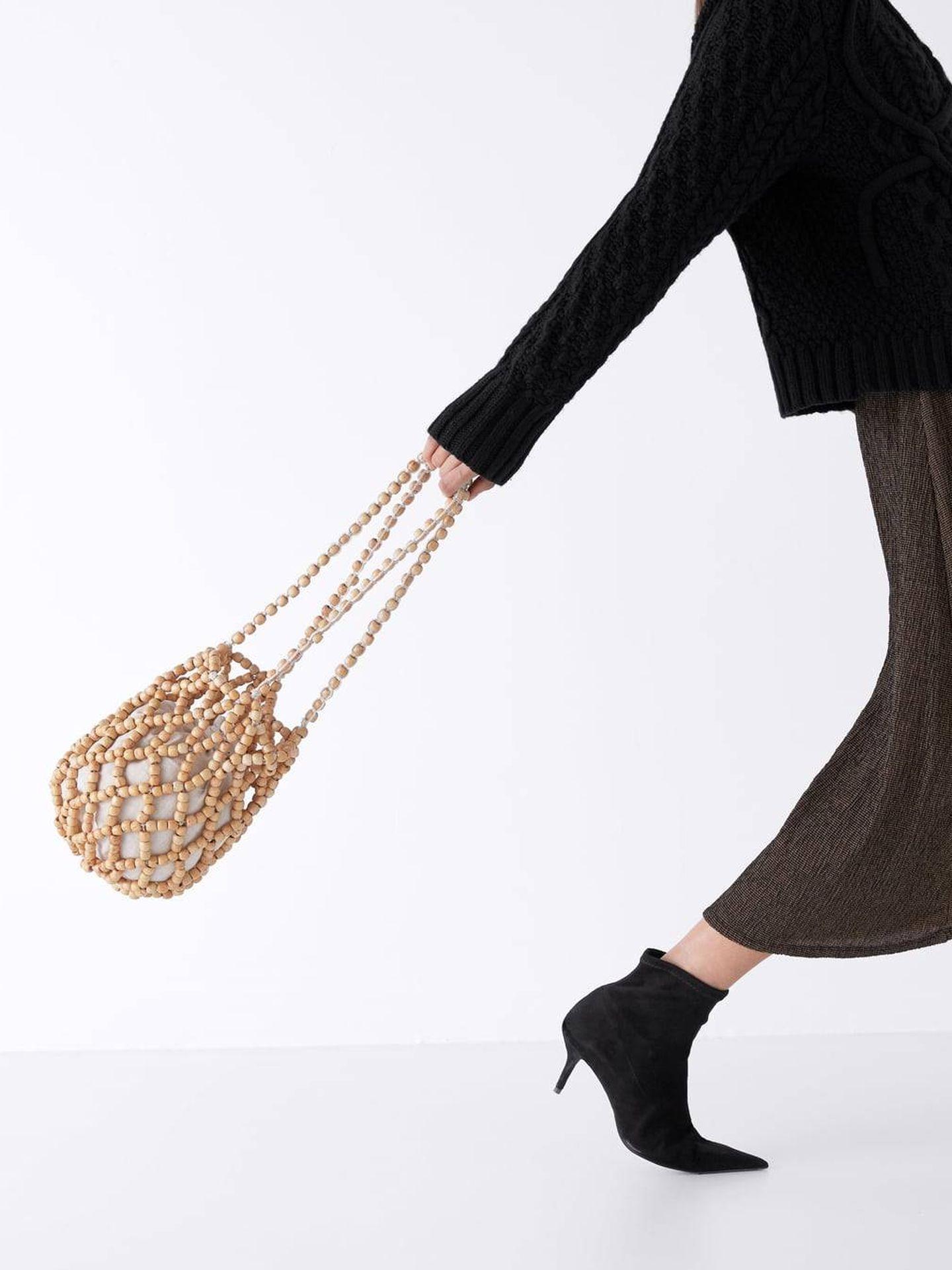 Nos encanta este saco con cuentas de madera (29,95 €), de Zara. (Cortesía)