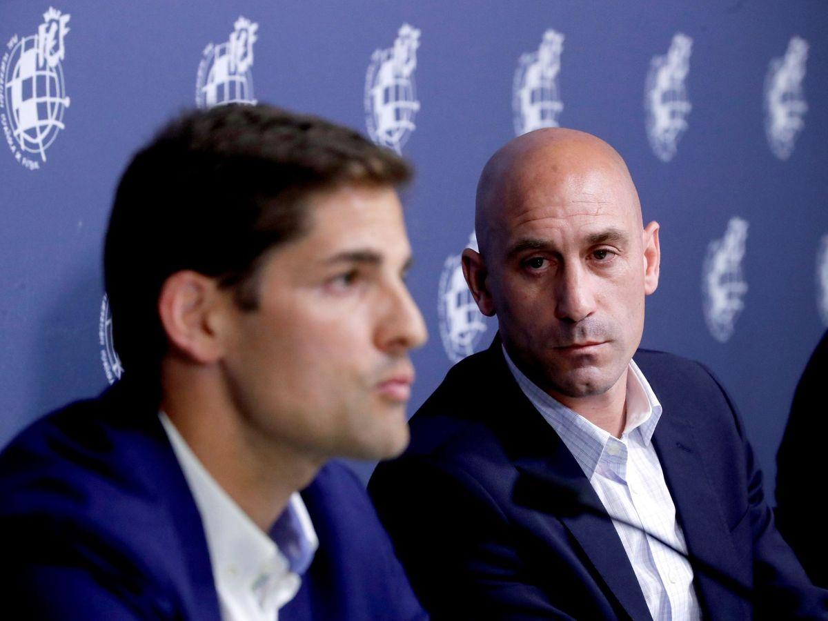 Foto: Robert Moreno (i) y Luis Rubiales, durante la presentación del primero como seleccionador el pasado mes de junio. (EFE)