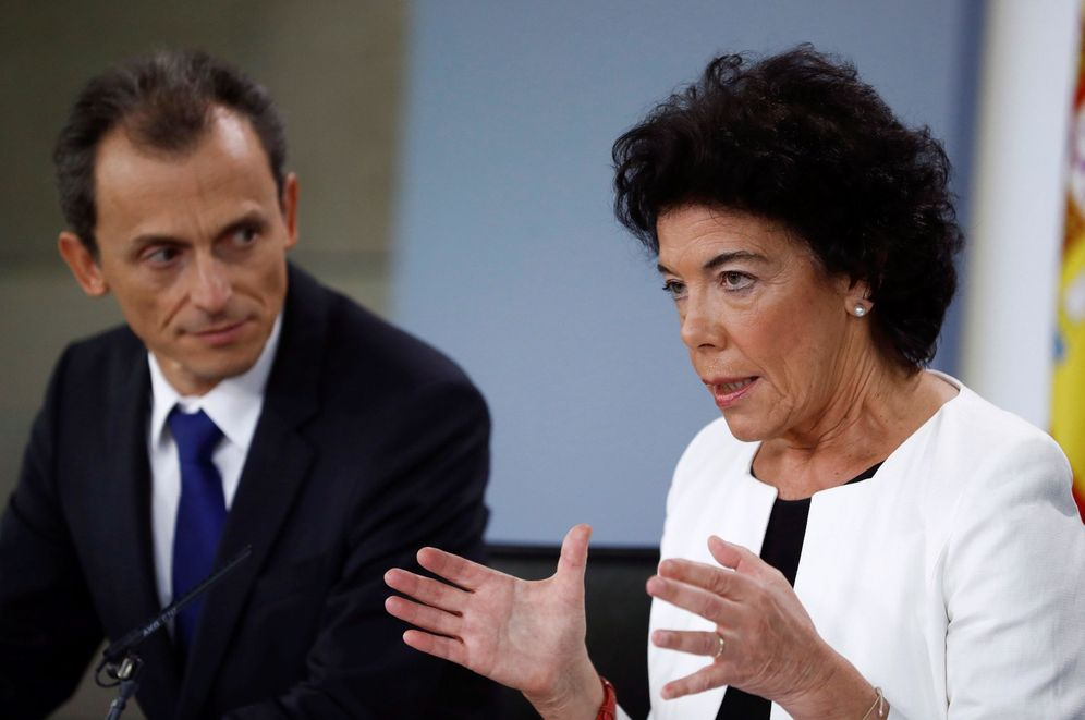 Foto: Isabel Celaá, portavoz del Gobierno, con el ministro de Ciencia, Innovación y Universidades, Pedro Duque, este 21 de septiembre. (EFE)