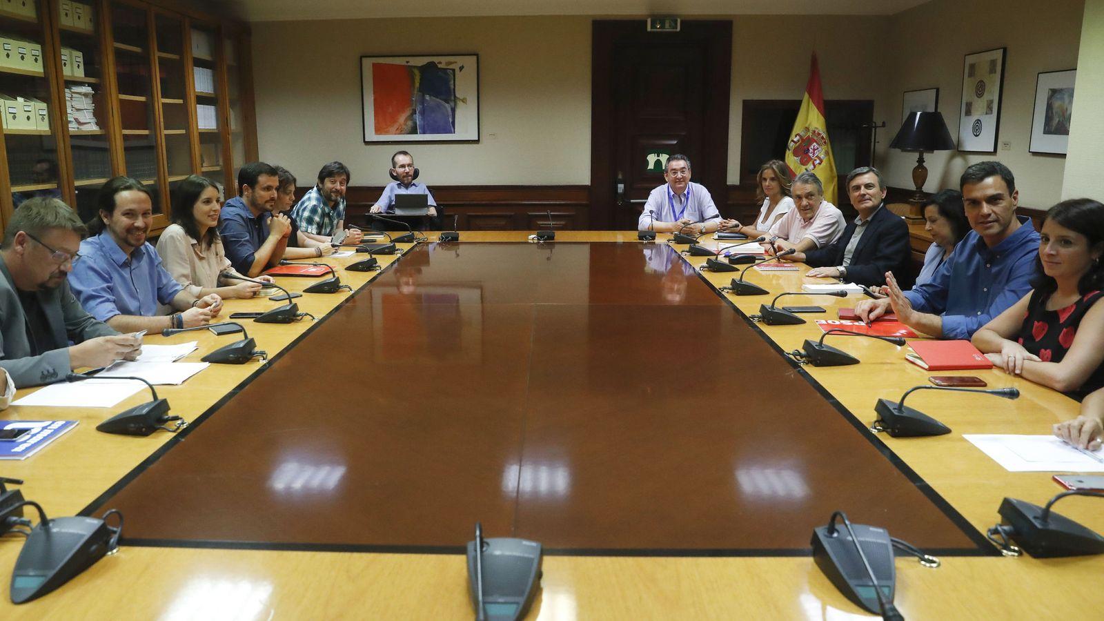 Foto: Pablo Iglesias y Pedro Sánchez con sus delegaciones, durante el encuentro que mantuvieron Unidos Podemos y PSOE este 17 de julio en el Congreso. (EFE)