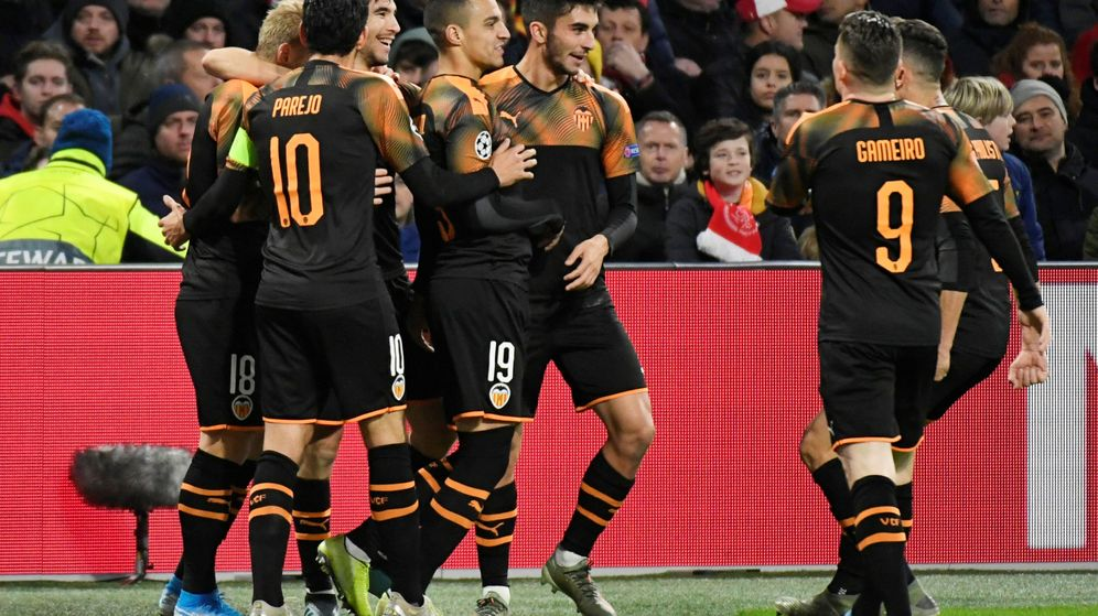 Foto: Los jugadores del Valencia felicitan a Rodrigo tras su gol, a la postre histórico. (Reuters)