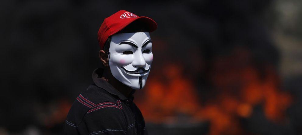 Foto: Un manifestante con la máscara de Guy Fawkes, popularizada por el cómic 'V de Vendetta' (REUTERS)