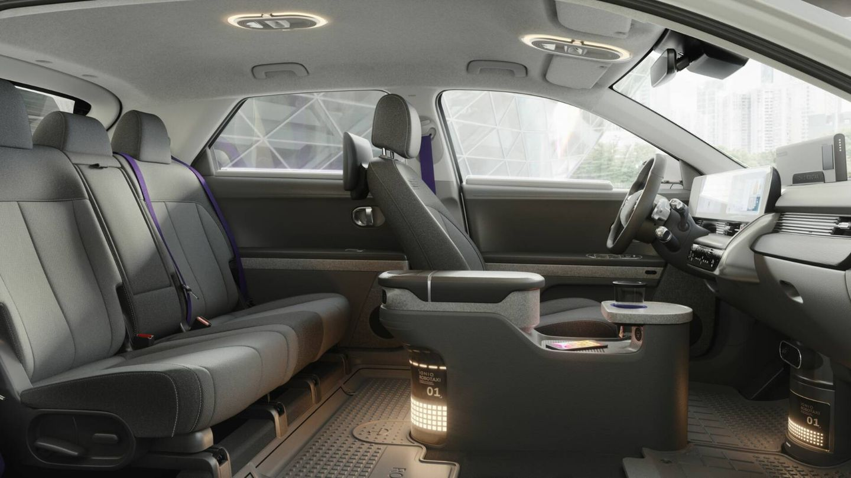 Interior específico, aunque se mantiene el puesto de conducción, porque es un vehículo de conducción autónoma de Nivel 4. En caso de encontrar obras, accidentes o inundaciones, el vehículo pide ayuda a un centro de control que lo desvía a otra ruta.