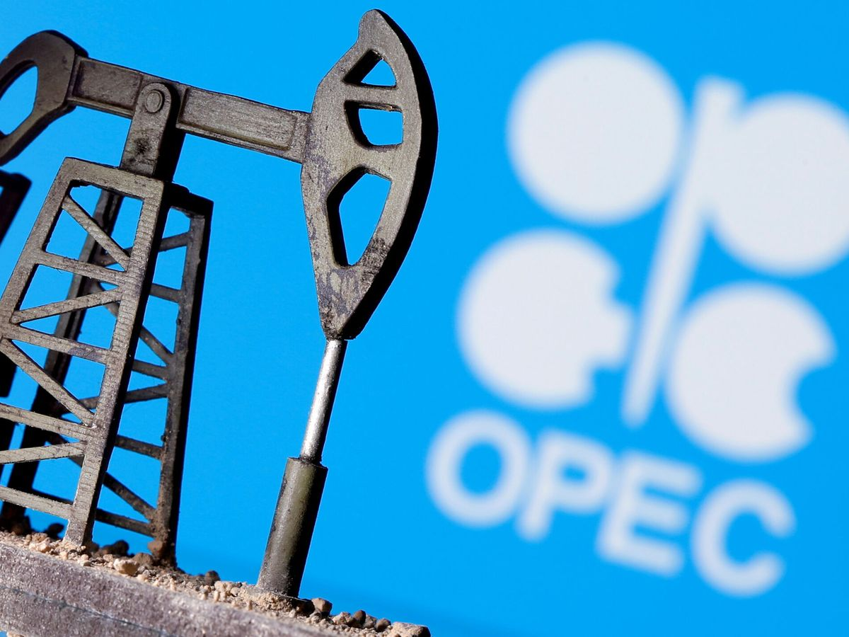 Foto: Un pozo de extracción de crudo superpuesto sobre el logo de la OPEP. (Reuters)