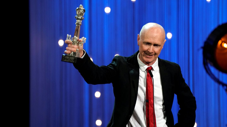 Paul Laverty con su galardón a Mejor guión por 'Yuli'. (Efe)