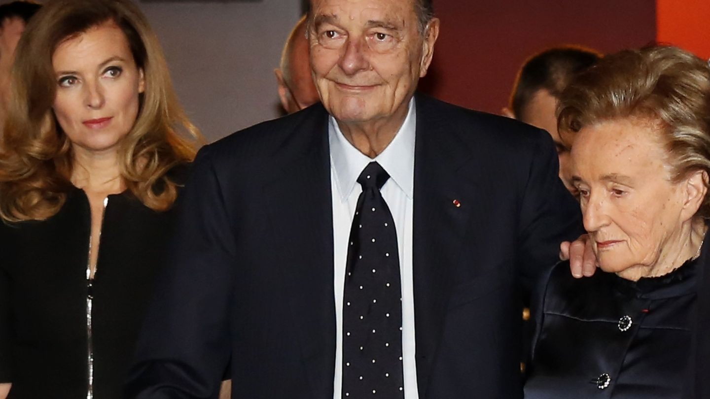 Jacques Chirac, con su mujer, Bernadette, y Valérie Trierweiler. (Reuters)