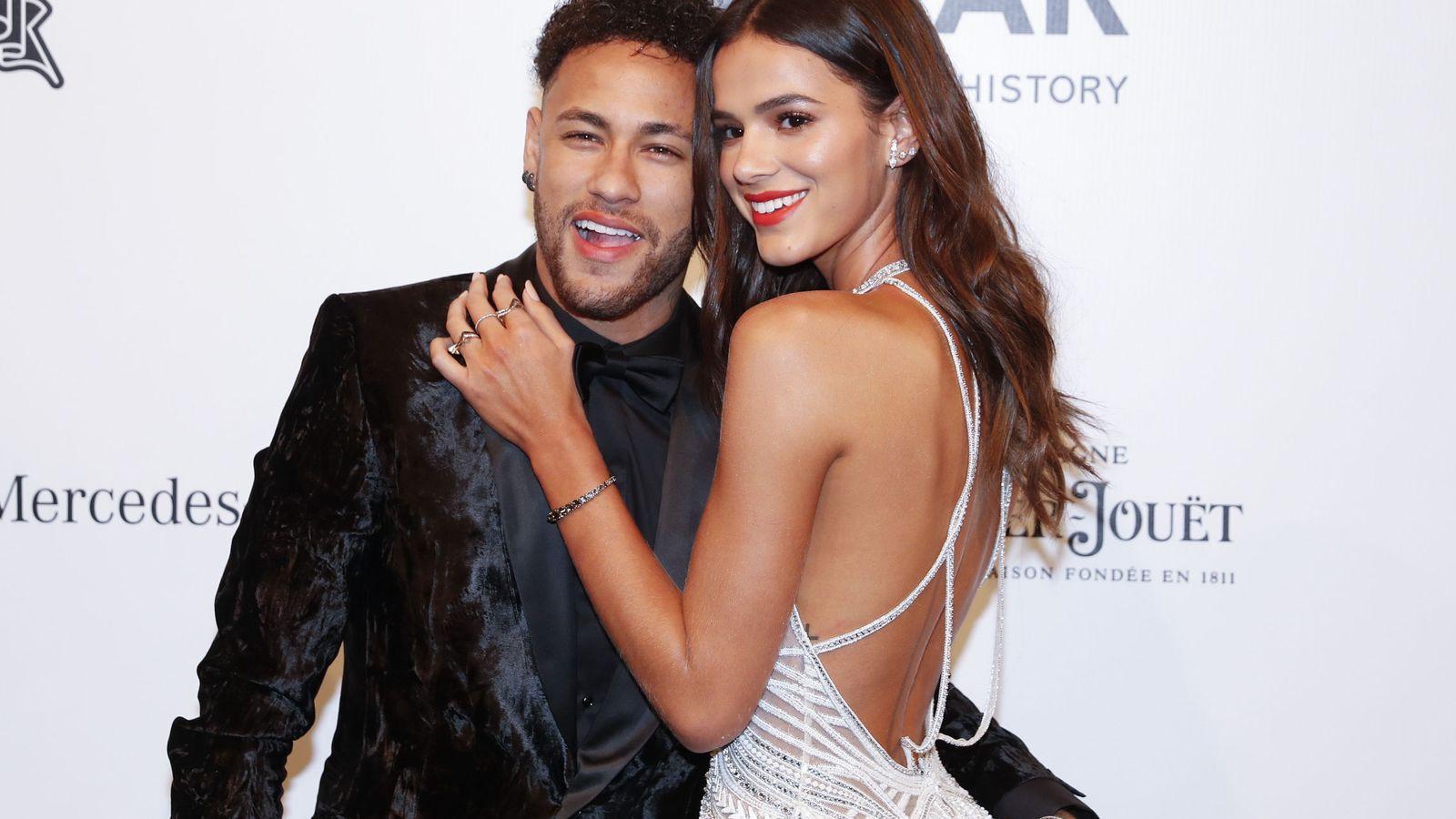 Foto: Neymar junto a su novia en un acto en Brasil durante la recuperación de su lesión. (Efe)