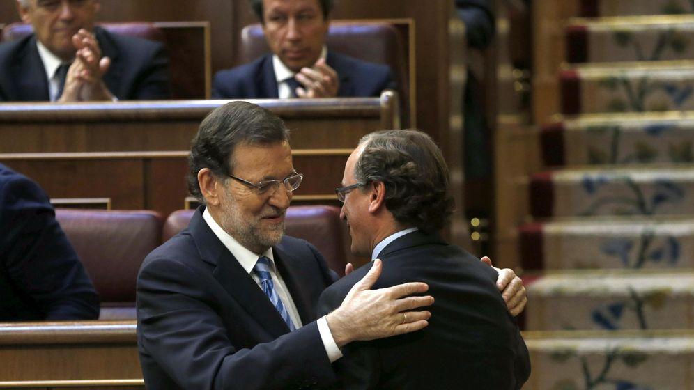 Foto: El presidente del Gobierno, Mariano Rajoy (i), saluda a Alfonso Alonso. (EFE)