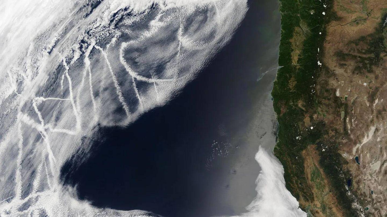 Las líneas blancas son nubes provocadas por el tránsito de barcos. (NASA)