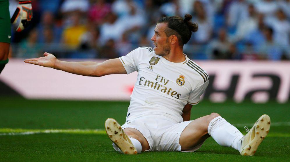 Foto: Gareth Bale, sentado en el césped, protesta durante un partido del Real Madrid en el Bernabéu. (Efe)