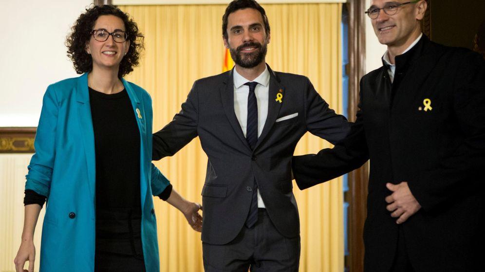 Foto: La secretaria general de ERC, Marta Rovira (i), acompañada del diputado Raül Romeva (d). (EFE)