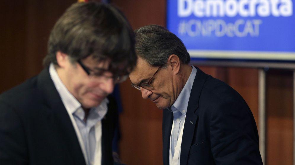 Foto: El presidente de la Generalitat, Carles Puigdemont  junto al expresidente Artur Mas. (EFE)