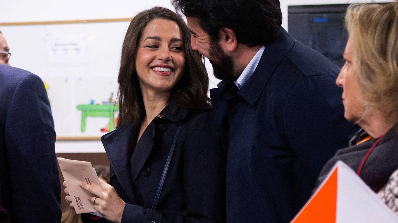 Inés Arrimadas, junto a su esposo, Xavier Cima, el 28-A en Barcelona. (EFE)