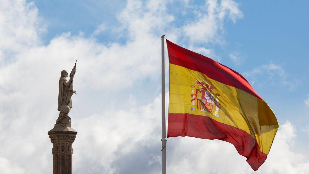 Foto: Cristóbal Colón, junto a una bandera de España, en el centro de Madrid. (EFE)