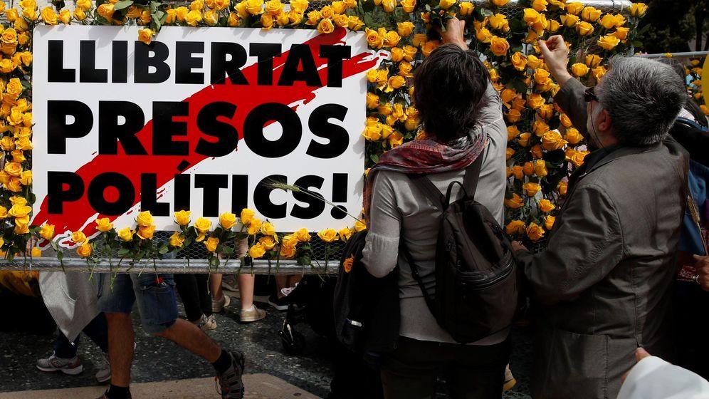 Foto: Ciudadanos colocan rosas amarillas para pedir la libertad de los presos soberanistas. (EFE)