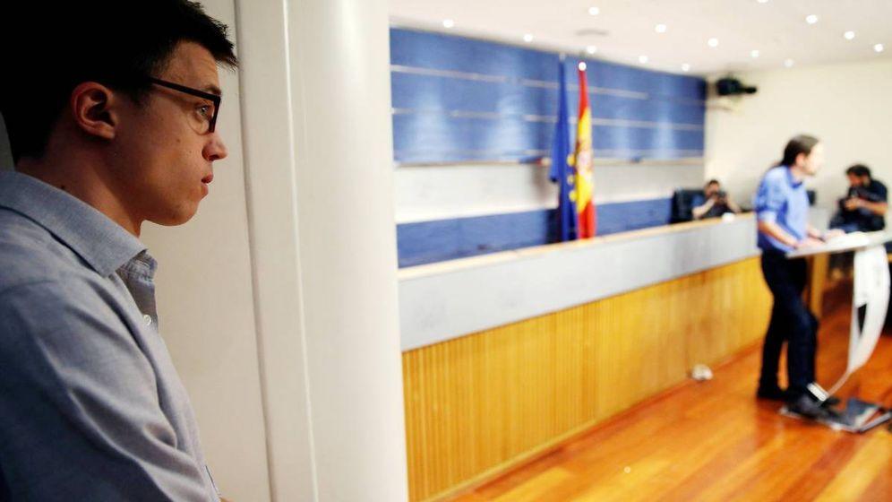 Foto: Inigo Errejón escucha a Pablo Iglesias en el Congreso de los Diputados. (Reuters)