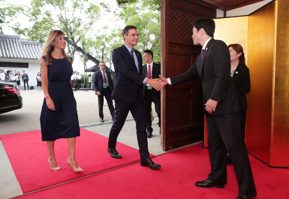 Foto: Pedro Sánchez y su mujer, Begoña Gómez, a su llegada a la cena de bienvenida con motivo de la cumbre del G-20, en Osaka, Japón, este 28 de junio. (EFE)