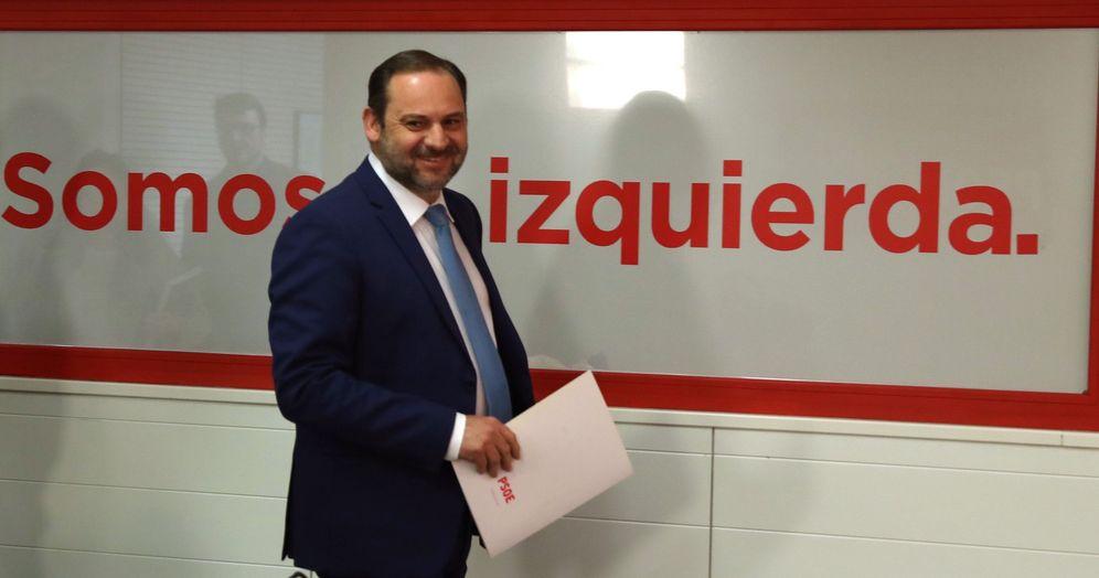 Foto: José Luis Ábalos, secretario de Organización del PSOE, a su llegada a la rueda de prensa en Ferraz de este 13 de abril. (EFE)