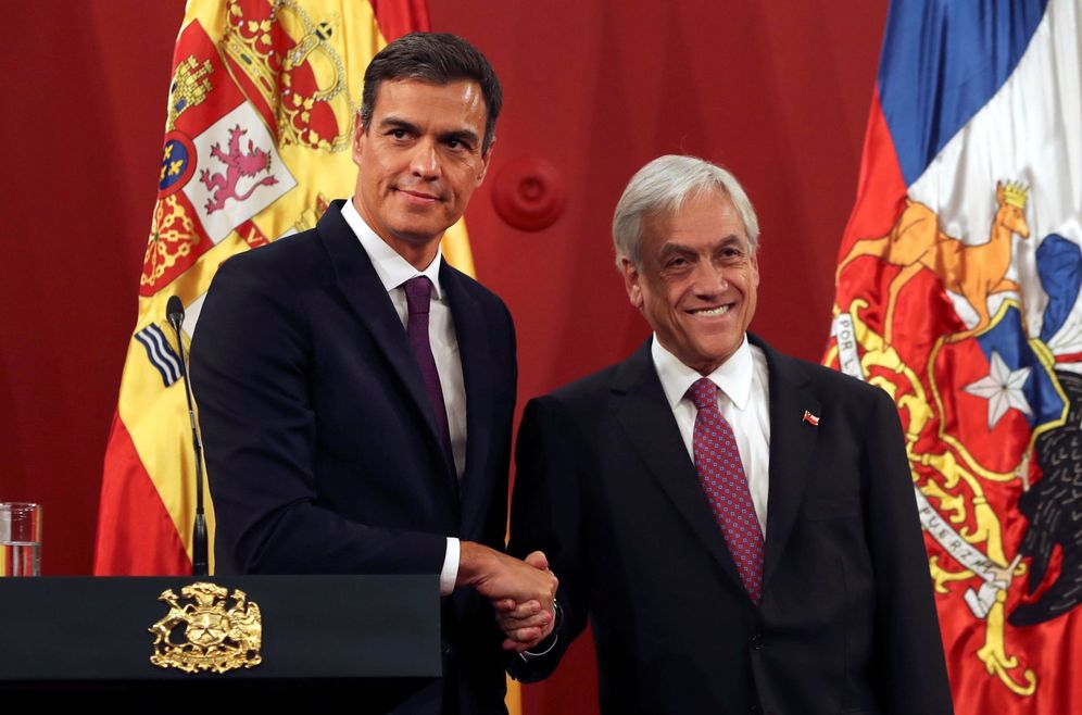 Foto: Pedro Sánchez estrecha la mano del presidente chileno, Sebastián Piñera, este 27 de agosto en el Palacio de la Moneda. (EFE)