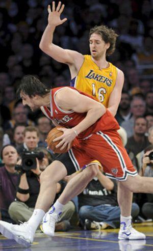 Milwaukee deja en ridículo a los Lakers en su propia cancha (79-98)