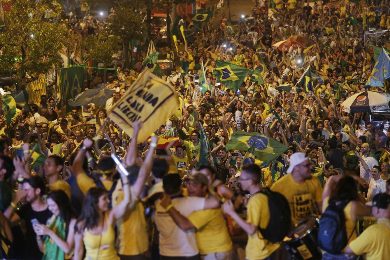 Foto: Opositores al Gobierno de Dilma Rousseff celebran el resultado de la votación sobre el impeachment en Porto Alegre, el 17 de abril de 2016 (Reuters).