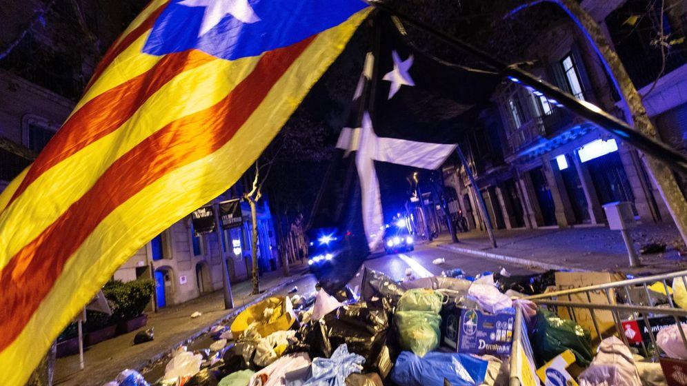 Foto: Centenares de personas arrojaron este domingo bolsas de basura frente a la Delegación de Gobierno. (EFE)