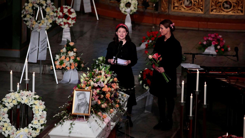 Maud Behn y su madre, Marta Luisa, en el último adiós a Ari Behn. (Reuters)
