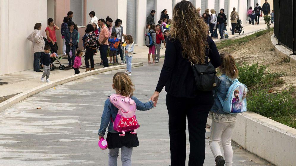 Foto: Imagen de archivo de una madre con sus dos hijas (EFE)