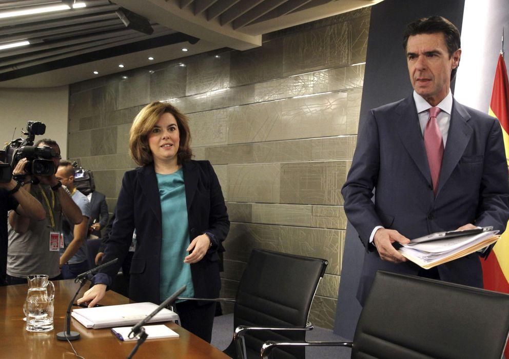 Foto: La vicepresidenta, Sáenz de Santamaría, junto al ministro Soria. (Efe)