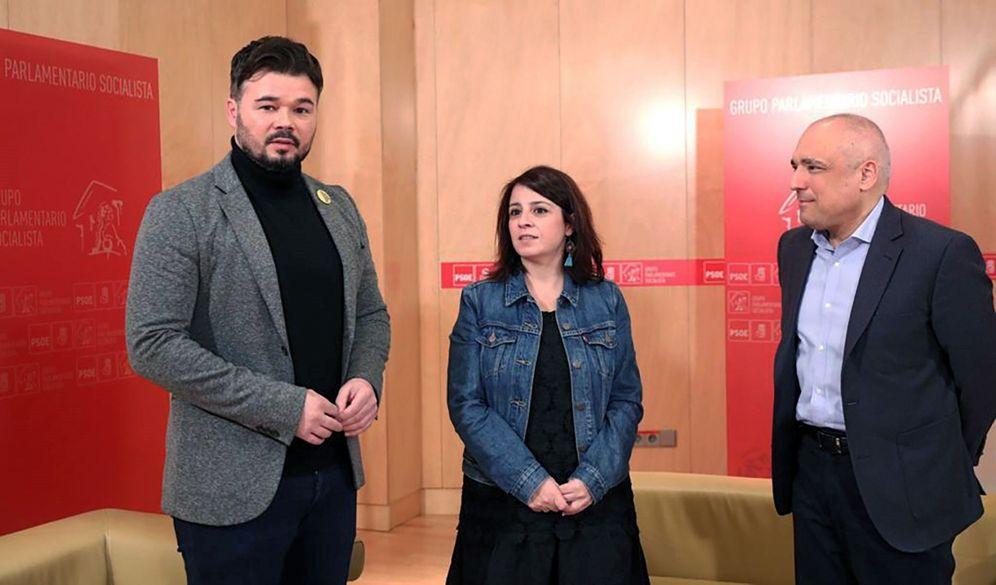 Foto: Los socialistas Adriana Lastra y Rafael Simancas con el portavoz de ERC en el Congreso, Gabriel Rufián, este 17 de diciembre en la Cámara Baja. (EFE)