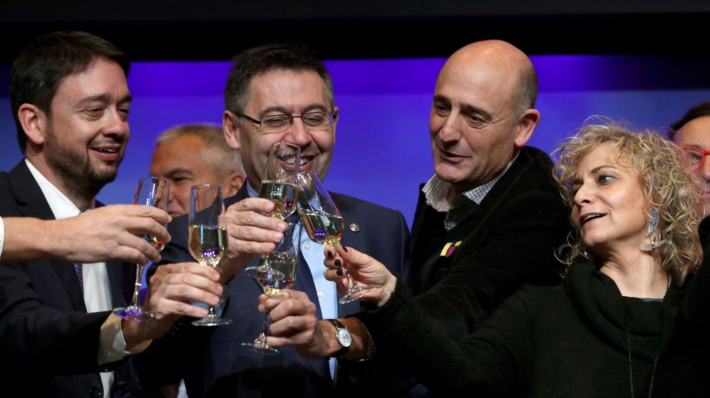 Foto: Bartomeu brinda con la prensa. (EFE)