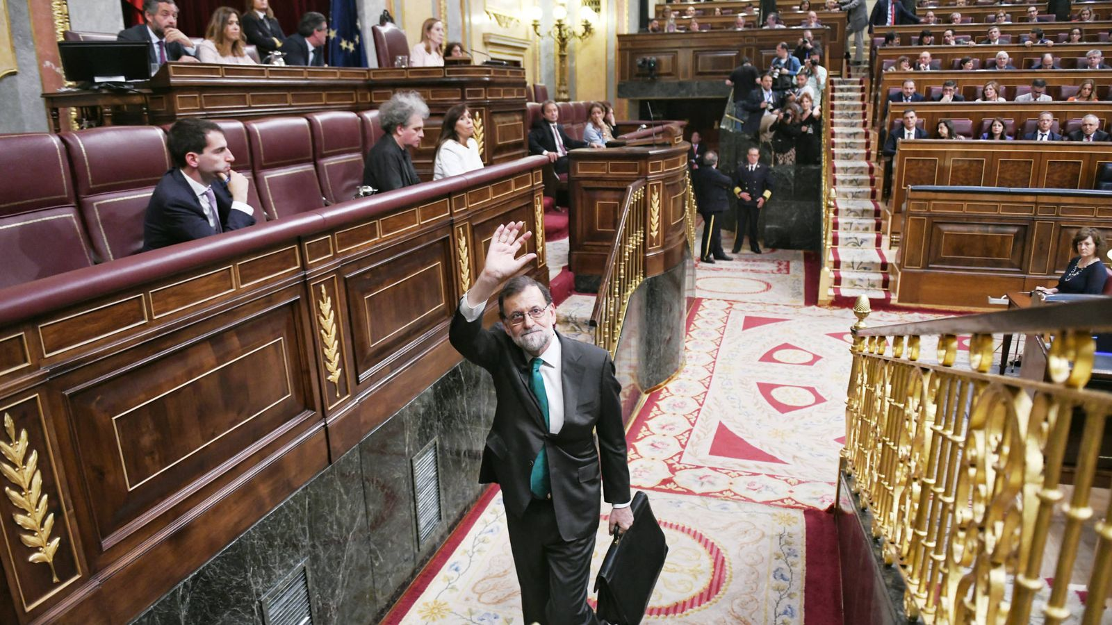 Foto: El presidente del Gobierno, Mariano Rajoy, a su salida del Congreso tras participar en el debate de la moción de censura. (Dani Gago)
