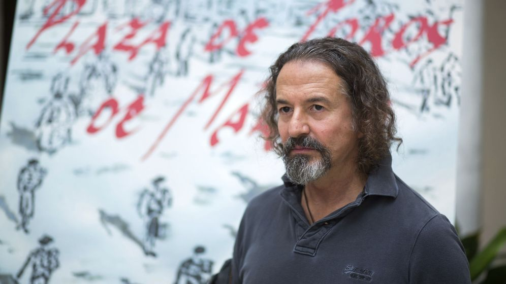 Foto: José María Cano, ante su cartel de la Feria de Málaga. (EFE)