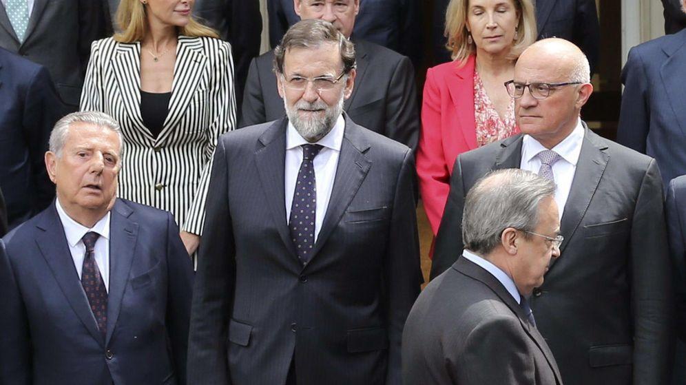 Foto: El conde de Godó (izquierda), junto a Mariano Rajoy, Florentino Pérez y Josep Oliu. (EFE)