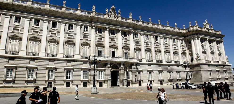 Foto: Agentes de la Policía Nacional patrullan por los alrededores del Palacio Real. (EFE)